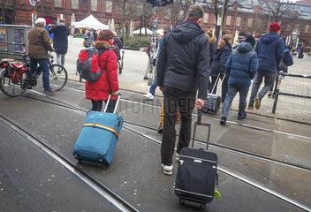 Touristen mit Rollkoffern auf der Strasse in Berlin-Mitte