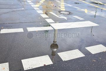 Berlin  Deutschland  Spiegelung vom Fernsehturm in einer Pfuetze am Alexanderplatz in Berlin-Mitte