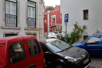 Lissabon  Portugal  Autos parken in den engen Gassen in Alfama in Lissabon