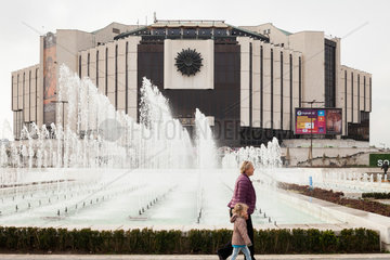 Sofia  Bulgarien  Mutter und Kind auf dem Vorplatz vor dem Nationalen Kulturpalast NDK