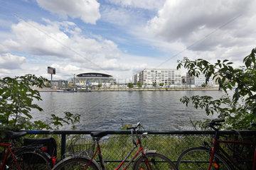 Berlin  Deutschland  Mercedes-Benz-Arena und Fahrraeder am Kreuzberger Ufer