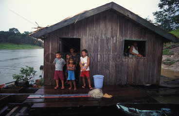 Vielkoepfige Familie auf einem Hausboot im Amazonas