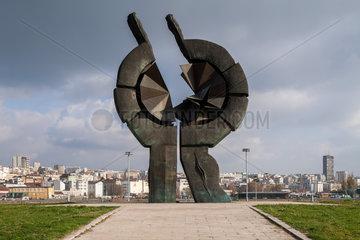 Belgrad  Serbien  Mahnmal fuer die Opfer des Nationalsozialismus  im Hintergrund die Skyline von Belgrad
