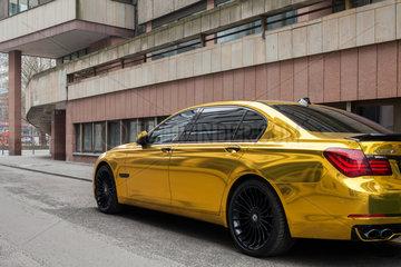 Berlin  Deutschland  Goldener BMW Alpina 7 in der Kleine Kurstrasse in Berlin-Mitte