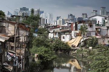 Armenviertel vor Skyline des Finanzzentrums Makati