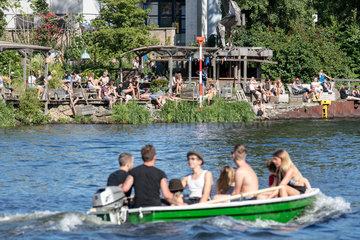 Berlin  Deutschland  Jugendliche auf einem Boot vor dem Club Holzmarkt 25 in Berlin-Mitte