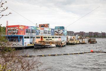 Berlin  Deutschland  Jugendschiff und Wohnboote in der Rummelsburger Bucht in Berlin-Friedrichshain