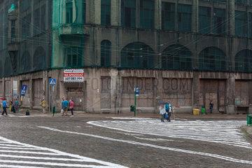 Stettin  Polen  Fassade eines Altbaus wird mit einem Netz vor herabfallenden Teilen geschuetzt