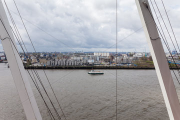 Hamburg  Deutschland  Hamburger Hafen und die Kraene an der Elbphilharmonie