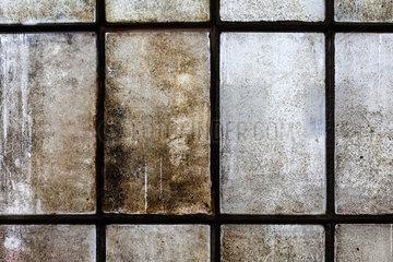 Berlin  Deutschland  Blinde Sprossenfenster in einer Fabrikhalle in der Wilhelminenhofstrasse in Berlin-Oberschoeneweide