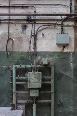 Berlin  Deutschland  Elektroinstallation in einer Fabrikhalle in der Wilhelminenhofstrasse in Berlin-Oberschoeneweide
