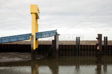 Nordtstrand  Deutschland  Autorampe im Hafen Strucklahnungshoern