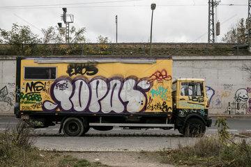 Berlin  Deutschland  Lastwagen als Wohnmobil auf der Halbinsel Stralau an der Rummelsburger Bucht