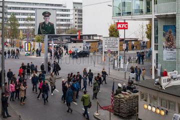 Berlin  Deutschland  Touristen am Checkpoint Charlie in der Friedrichstrasse in Berlin-Mitte
