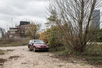 Berlin  Deutschland  Autowrack am unbebauten Ufer zwischen Kynaststrasse und Glasblaeserallee an der Rummelsburger Bucht