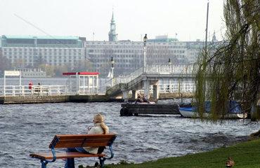 Maedchen am Alsterufer in Hamburg