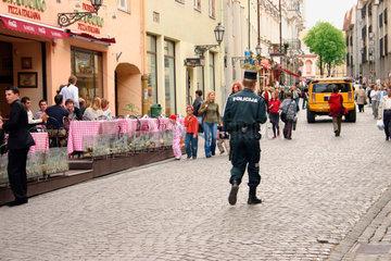 Polizist beim flanieren in die Altstadt von Vilnius