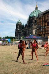 Berlin - Beachvolleyball Training vor dem Palast der Republik