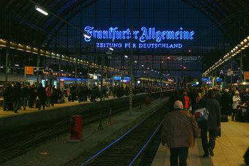 Bahnkunden am Frankfurt HBF