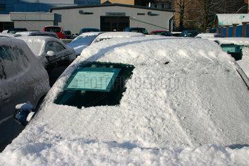 Schneebedeckt Auto vor einem Autohaendler