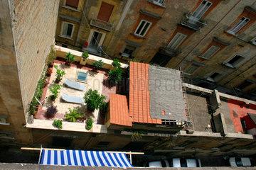 Liegestuhl auf eine Dachterrasse in Neapel