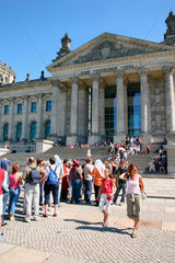 Menschenschlange am Reichstag