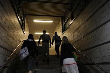 Menschen Silhouette in eine UBahnhof