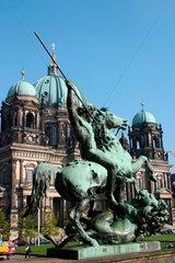 Loewenkaempfer vor dem Berliner Dom