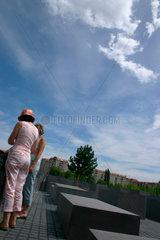 Besucher zwischen den Stelen am Holocaust Mahnmal