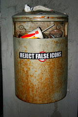 Reject False Icons. Muelleimer in Riga