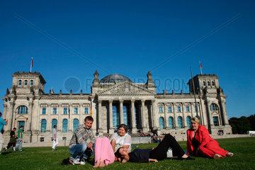 Berlin -Touristen auf die Liegewiese vor dem Reichstag