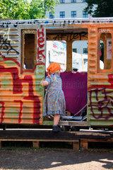 Kinder spielt in einem alten Wagon