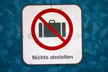 Koffer Abstellenverbot Piktogramm in eine S-Bahn