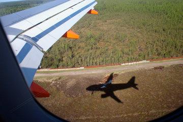 Schatten ein easyJet Flugzeug bei der Ankunft im Riga