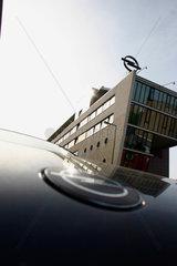 Opel Logo auf dem Dach eine Autohaendler