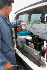 Villnoesstal - Tierarzt bei der entnahme von Stiersamen aus eine Stickstoff Behalter