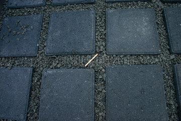 Berlin - ein Streichholz zwischen die Stelen des Holocaust Mahnmal