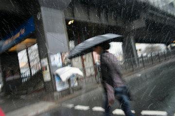 Berlin - Junge Frau mit Regenschirm im Schnee