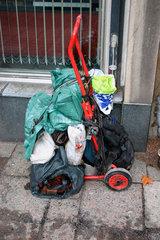 Habgut ein Obdachloser am Eingang eine Bibliothek in Berlin