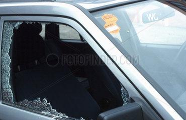 Eingeschlagene Autofensterscheibe.
