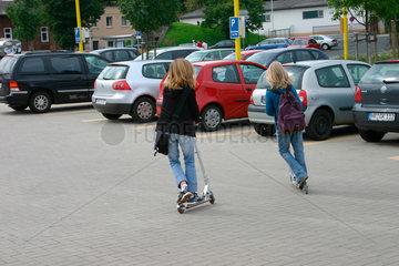 Maedchen mit Skateboard