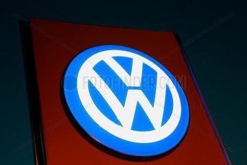 Berlin - VW Firmenlogo vor einem Autohaendler