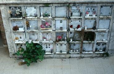 Urnengrabwand auf dem Verano Friedhof in Rom