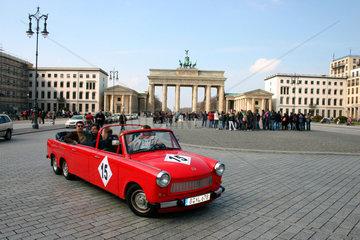 Trabi stretchlimousine vor dem Brandenburger Tor