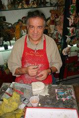 Kunsthandwerker beim formen von Christmas figure in Neapel