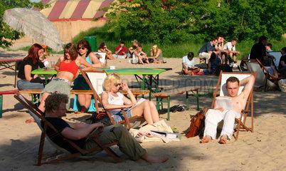 Menschen geniessen die Sonne in der Beachstrand auf dem YAAM Gelaende
