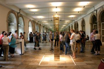 cubus von John MCCracken am Eingang des Museum Fridericianum