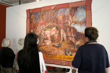 Besucher vor ein Bild von Juan Davila