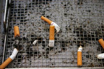 Muelleimer und Zigarette