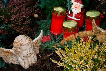 Weihnachtsdekoration auf einem Grab